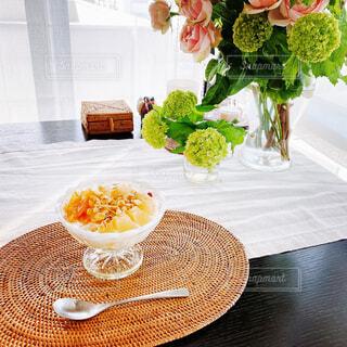 食べ物,カフェ,花,花瓶,デザート,テーブル,皿,植木鉢,リラックス,食器,目玉,観葉植物,おいしい,おうちカフェ,ドリンク,フラワーアレンジ,ダイニングテーブル,おうち,ライフスタイル,花柄,花屋,リラックスタイム,おうち時間,ステイホーム
