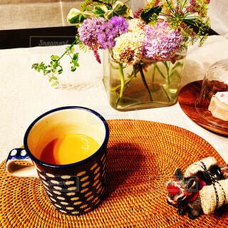 カフェ,花,コーヒー,花瓶,テーブル,リラックス,食器,カップ,たくさん,おうちカフェ,ドリンク,ダイニングテーブル,おうち,ライフスタイル,リラックスタイム,コーヒー カップ,おうち時間,ステイホーム