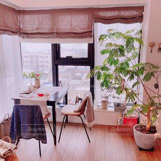 大きな窓でいっぱいのリビングルームの写真・画像素材[4330427]