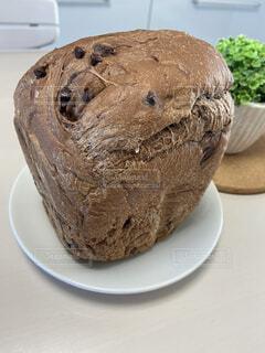 皿の上のチョコチップ食パンの写真・画像素材[4215433]