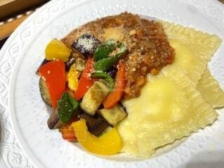 トマトミートソースと夏野菜のラビオリの写真・画像素材[4729420]