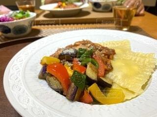 トマトミートソースと夏野菜のラビオリの写真・画像素材[4730973]