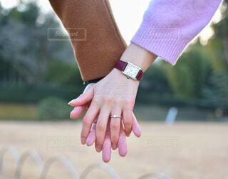 カップル,アクセサリー,屋外,時計,人物,人,婚約指輪,手首