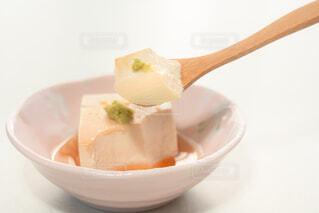 湯豆腐をスプーンですくっているところの写真・画像素材[4229471]