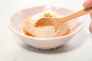 湯豆腐をスプーンですくっているところの写真・画像素材[4229472]