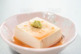 醤油をかけた湯豆腐に乗せたわさびの写真・画像素材[4229474]