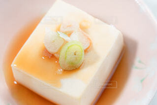 醤油をかけた湯豆腐の写真・画像素材[4229476]