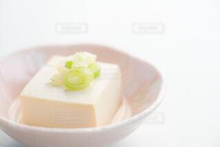 湯豆腐の上に薬味のネギの写真・画像素材[4229479]