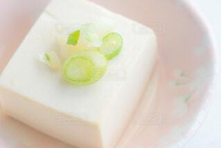 湯豆腐の上に薬味のネギの写真・画像素材[4229480]