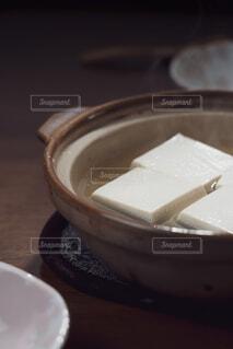 土鍋で調理した湯豆腐 縦構図の写真・画像素材[4229752]