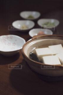 土鍋で調理した湯豆腐 縦構図の写真・画像素材[4229754]