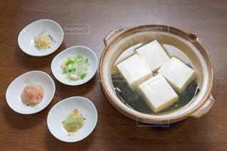テーブルの上に湯豆腐と薬味多数の写真・画像素材[4229748]