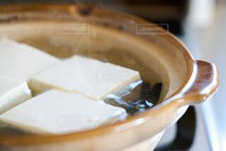 土鍋で湯豆腐調理中の写真・画像素材[4229753]