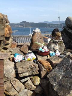 石垣の上に飾られた石のひな人形の写真・画像素材[4218219]