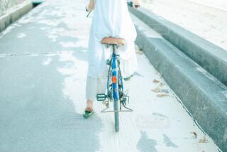 自転車に乗る女性の写真・画像素材[4219986]