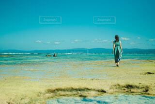 海辺を歩く女性の写真・画像素材[4252030]