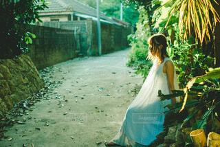 道端で考える女性の写真・画像素材[4252036]