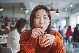レストランで飲み物を飲む女性の写真・画像素材[4291809]