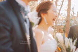 笑顔で歩く花嫁の写真・画像素材[4291810]