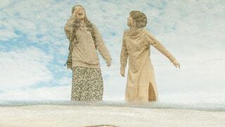 水溜りに反射した女性たちの写真・画像素材[4291811]