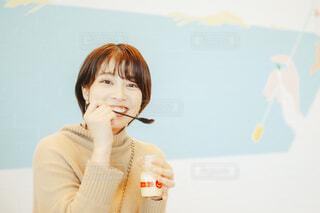 プリンを食べて喜ぶ女性の写真・画像素材[4291813]
