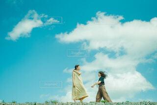 青空の前に出会う女性の写真・画像素材[4291815]