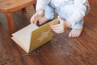自分が生まれた時のアルバムを見る子供の写真・画像素材[4325877]