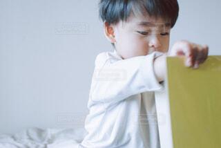 アルバムを見る子供の写真・画像素材[4325879]