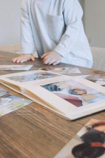 自分のアルバムに興味を持つ子供の写真・画像素材[4325881]