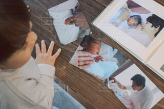 自分のアルバムを見る子供の写真・画像素材[4325882]