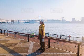 水辺で笑ってる半袖の女性の写真・画像素材[4450532]