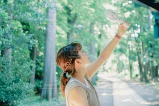 ハンディファンで夏を感じる女性の写真・画像素材[4450537]