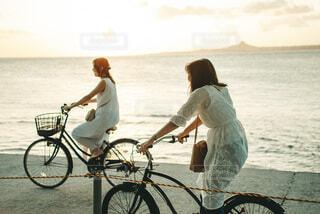 沖縄でサイクリングする女性の写真・画像素材[4766820]