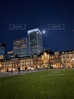 空,建物,屋外,草,都会,月,高層ビル,明るい