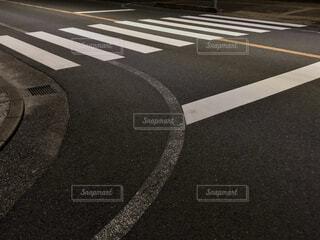 夜の交差点の横断歩道の写真・画像素材[4292136]