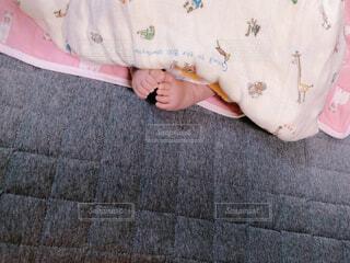 新生児の足元くっつけの写真・画像素材[4230836]