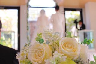 結婚式の挙式で花嫁花婿を見守る白い花束の写真・画像素材[4234020]