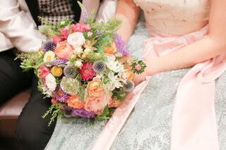 結婚式を前にしてカラフルなブーケの感触を確かめる花嫁の写真・画像素材[4234021]