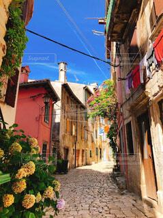 路地裏散策が楽しいクロアチアのおしゃれな町ロヴィ二。の写真・画像素材[4243487]