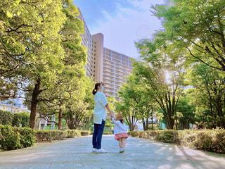 都会の中にも緑を楽しむ親子の写真・画像素材[4627426]