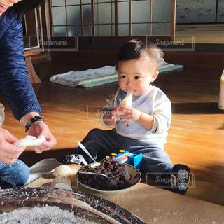 テーブルに座っている小さな子供の写真・画像素材[1173731]