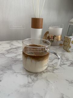 カフェ,コーヒー,テーブル,壁,リラックス,マグカップ,食器,カップ,紅茶,おうちカフェ,ドリンク,おうち,ライフスタイル,食器類,コーヒー カップ,おうち時間,受け皿,韓国風カフェ,タルゴナコーヒー,クリアマグカップ