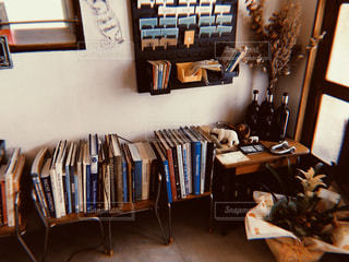 本棚のある机の写真・画像素材[2960838]