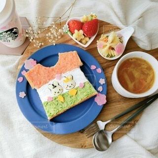 食べ物の皿とコーヒー1杯の写真・画像素材[4230721]