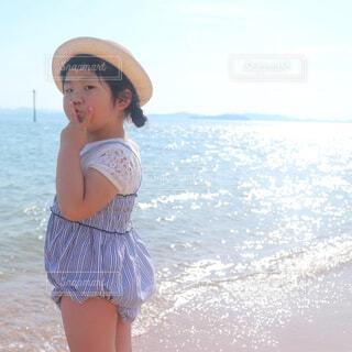 波と遊ぶ娘の写真・画像素材[4243149]