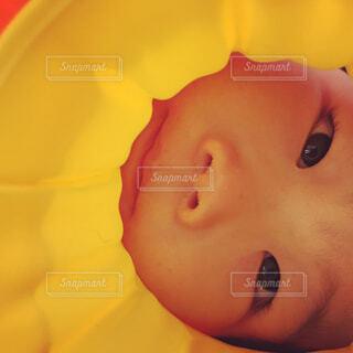 黄色にはまる女の子の写真・画像素材[4329762]