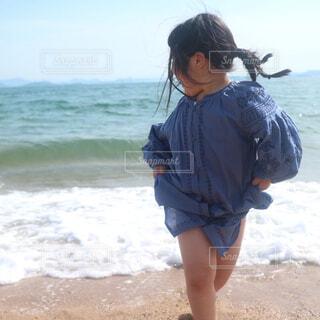 波と追いかけっこする女の子の写真・画像素材[4371690]