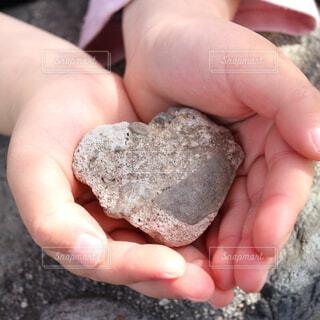 ボーイフレンドが見つけたハート型の石の写真・画像素材[4391570]
