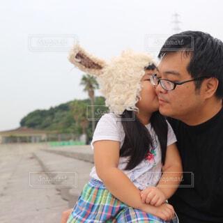 赤ちゃんを抱いている人の写真・画像素材[4551723]