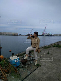 水の体の隣に立っている人の写真・画像素材[4300632]
